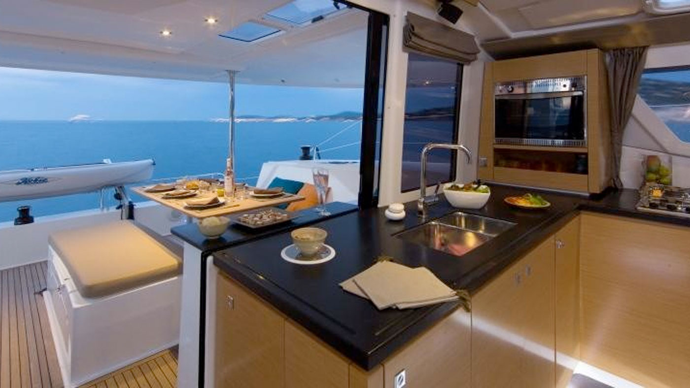 Catamaran Ella Fountaine Pajot 44 interior